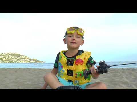 Сеня играет в машинки игрушки и буксирует по песку застрявшую машину