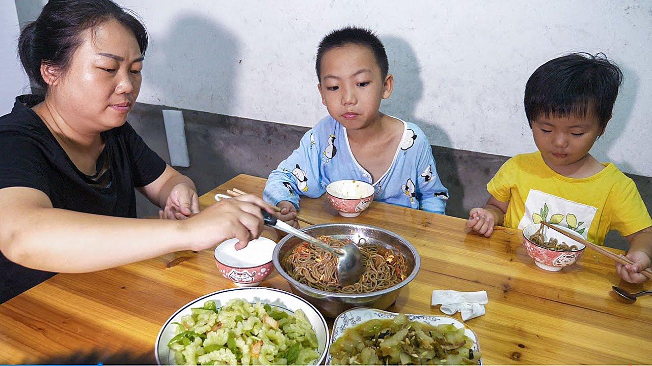 媳婦摘2條黃瓜,加點酸菜炒一盤,女兒直呼好香   Cucumber Fried meat, daughter said delicious