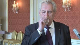 Prezident Zeman perlil na tiskové konferenci - teplota, tlak, rosný bod..