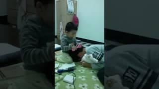 小baby幫哥哥洗頭髮