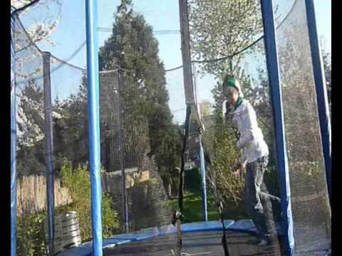 xxxxx und xxxxx beim trampolinspringen 1...
