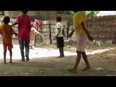 Gol de Alassane a la vida, con Alegría. El pequeño niño con parálisis nos deslumbra jugando a fútbol. africa dr alegria