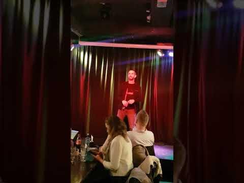 Runde 2 på Baracoa bar og scene ,NM i karaoke. Marc Cohn - Walking in Memphis. Tom Are Ødelien