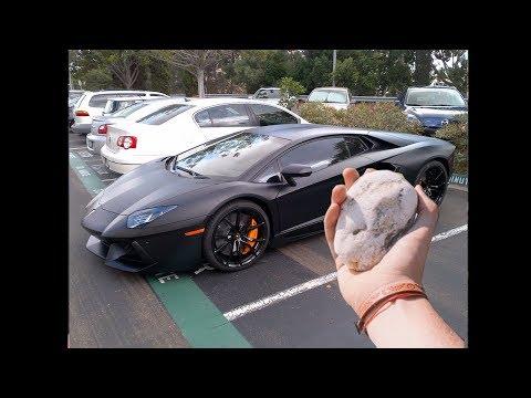 verrückter junge wirft Stein auf Lamborghini Aventador