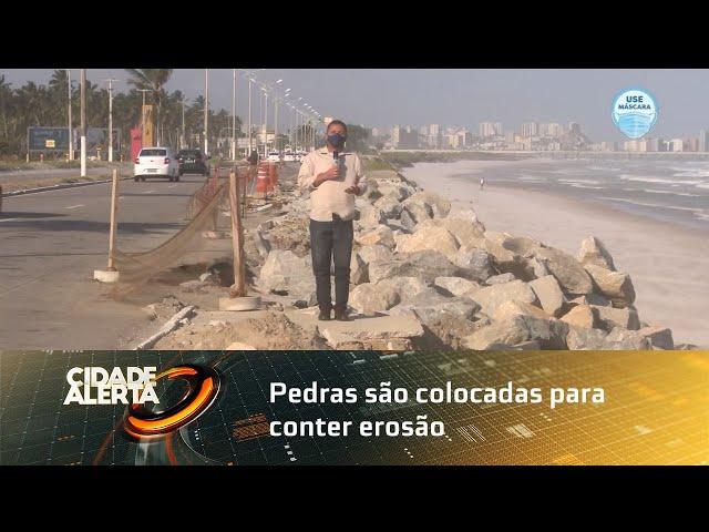 Pedras são colocadas para conter erosão na Praia do Sobral