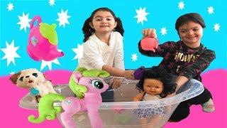 MASAL VE ÖYKÜ ÇAYDANLIKLA BEBEĞİ VE KÖPEĞİNİ YIKIYOR! Playing with Tea Set, My Little Pony and Dolls