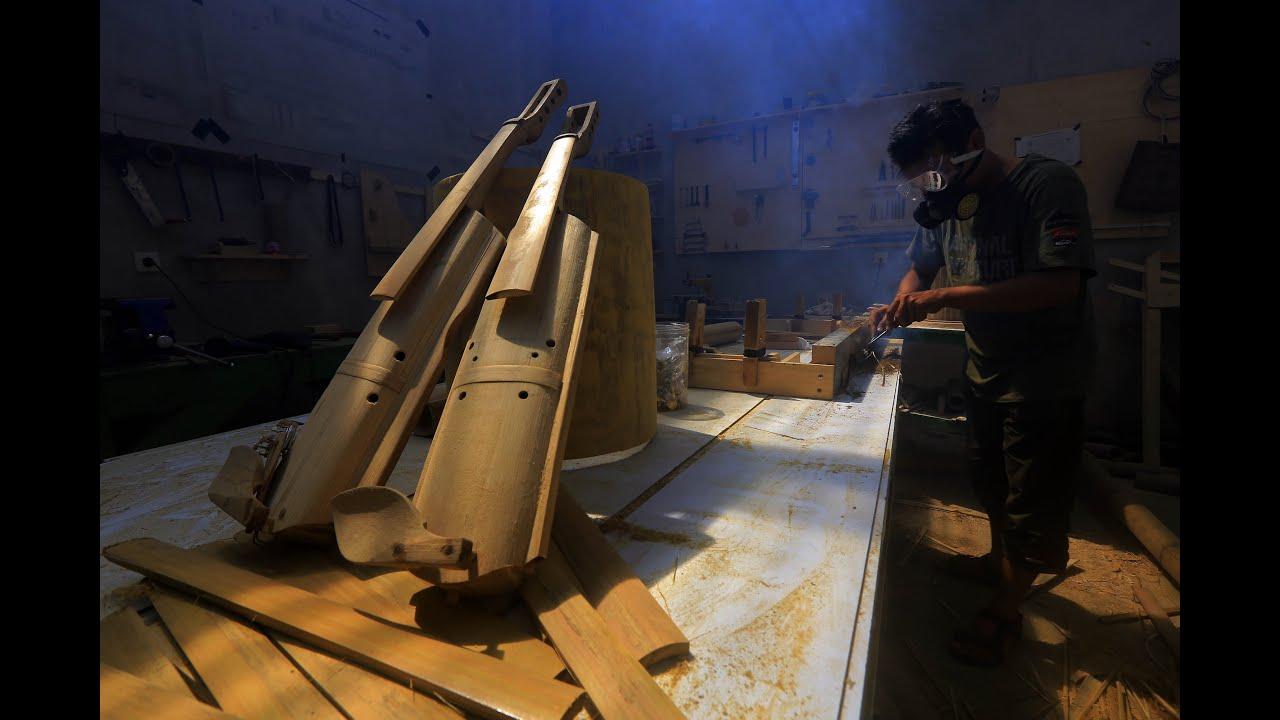 proses pembuatan biola dari bambu. sumber: i.ytimg.com