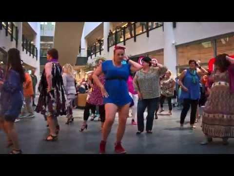 SØNDAGs flashmob - Vi hylder kvinder med kurver