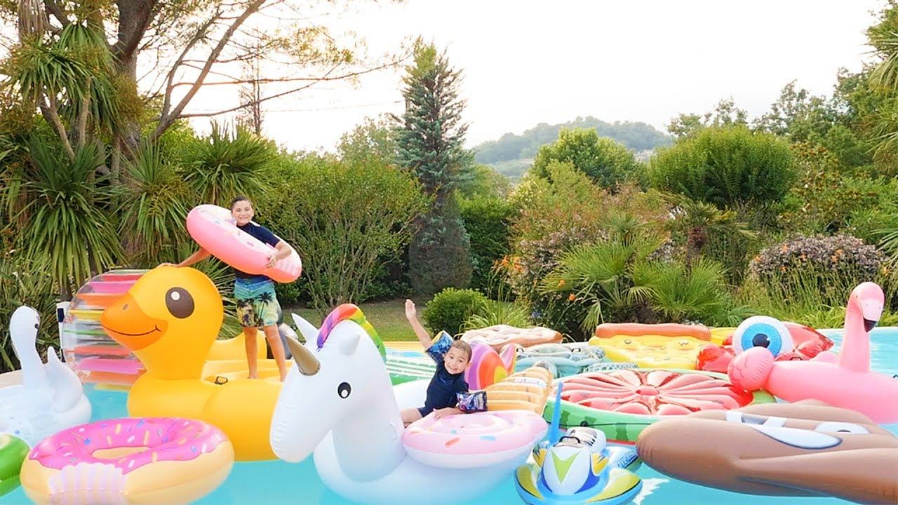 Piscine remplie de jeux gonflables g ants licorne for Swan et neo piscine