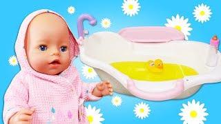 Bébé Annabelle prend un bain de camomille. Vidéo en français avec le jouet poupon