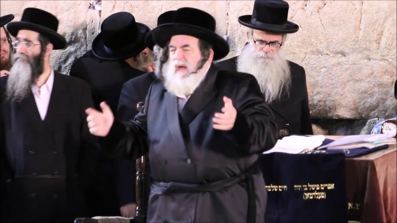 Viznitz Rebbe  At The Kosel - Nissan 5778