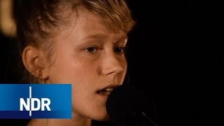 Alice Phoebe Lou talk&livemusic | NDR Kultur Session