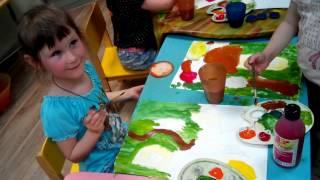Урок рисования в детском клубе