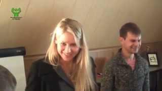 Анна Курникова учит жестовый язык