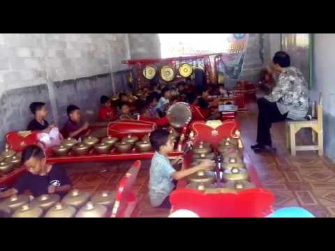 anak SD bermain musik gamelan (Sukoharjo Makmur)