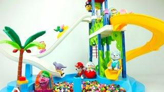 Сюрпризы и игрушки катаются с детской горки