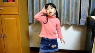 「おしりかじり虫 ~」を延々歌う芽以.