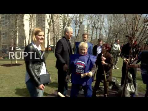 Russia: Moscow mayor joins 1.5 mln Muscovites for 'subbotnik' spring clean