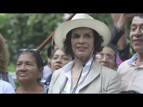 Bianca Jagger besucht Campesinos in Nicaragua