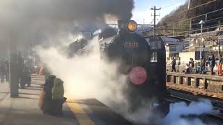 凄い煙と汽笛 横川駅を発車するSL