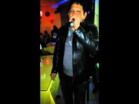 Oscar cantando que manera de perder karaoke.
