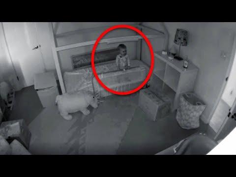 Мама установила скрытую камеру чтобы понять, как её дочка покидает кроватку
