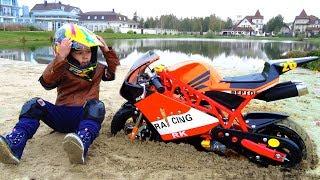 سينيا على دراجة صغيرة عالقة في الرمال