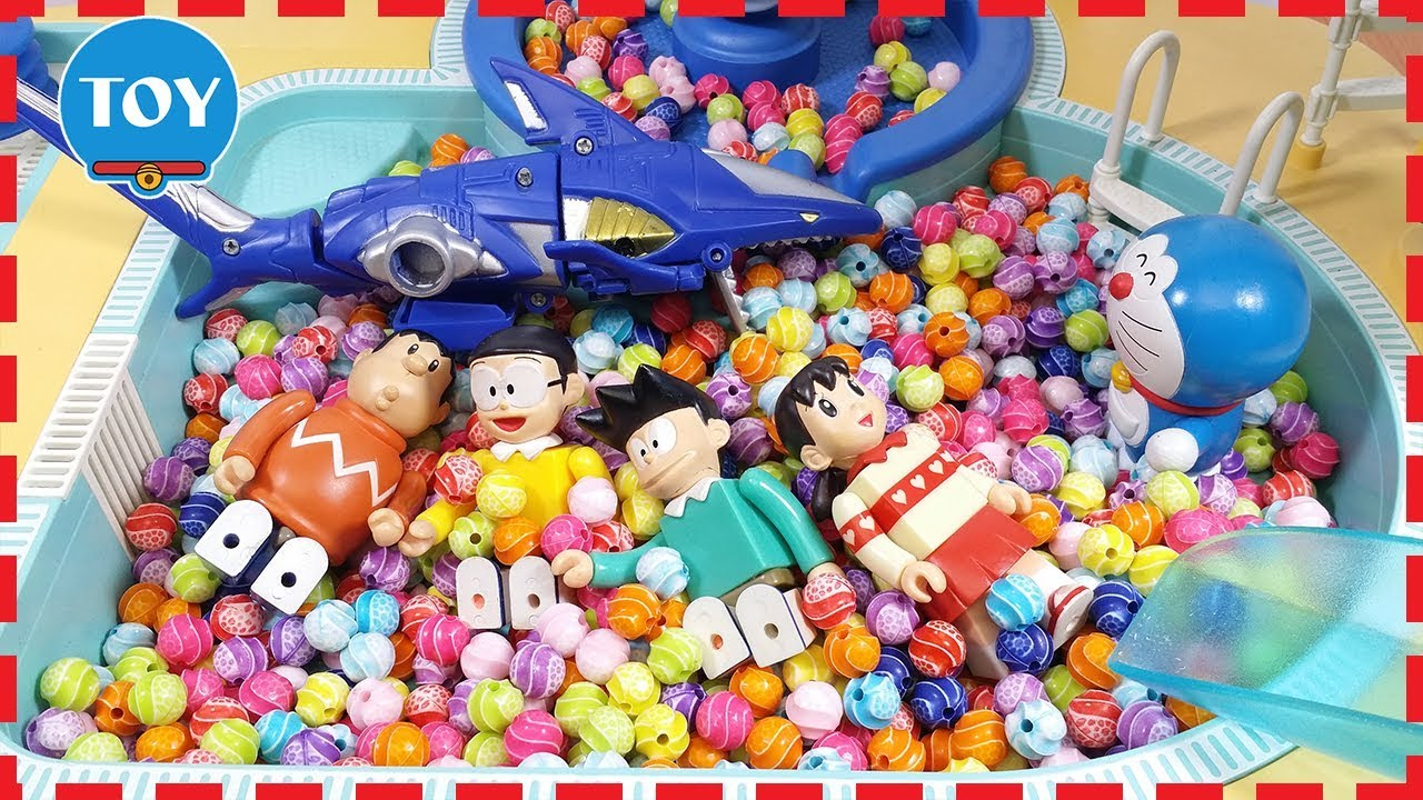 Đồ chơi Doremon – Nobita đi tắm hồ bơi đầy kẹo gặp cá mập
