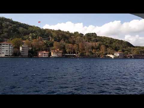 Стамбул. Пролив Босфор. Мы проплываем под большим мостом. Как удивительно, что мост висит в воздухе.