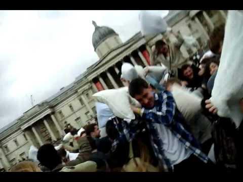 Guerras de almohads london 2015    Pillow Fight Trafalgar Square