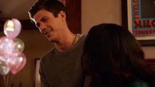 Барри и Айрис знакомятся со своей дочерью из будущего.Сериал: Флэш