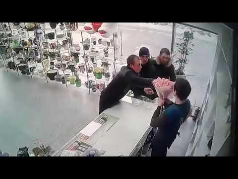 Как начался погром в цветочном магазине в Казани: записи видеокамер