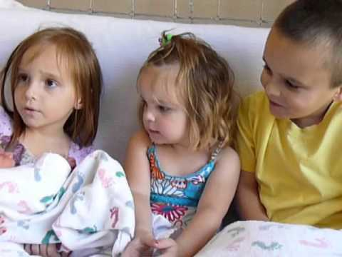 Payton, Dallas and Rylie meeting their baby sister Sydney for the first time