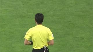 前線に抜け出した小川 慶治朗(神戸)が相手選手との競り合いを制すと、...