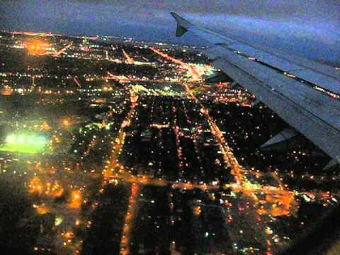 Atterissage d'un vol à l'aéroport Pierre-Trudeau (Montréal, Canada, YUL) en fin de soirée