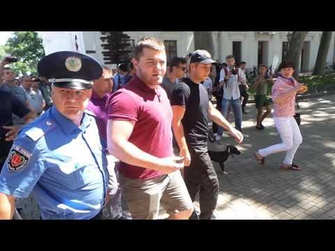 Три одесских полицая не смогли скрутить оппонента Надежды Савченко