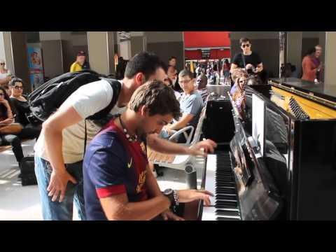 Deux inconnus jouent du piano dans la gare d'Austerlitz