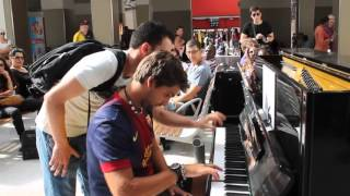 Deux inconnus jouent du piano dans la gare d