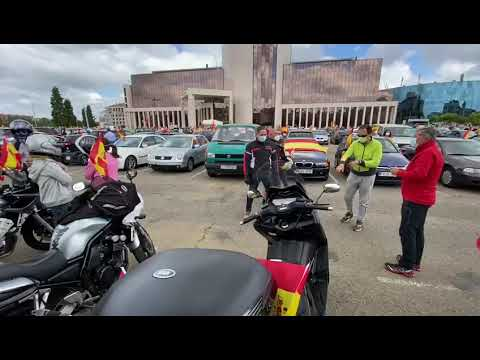 Motos y banderas en el aparcamiento