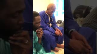 Serigne Abdou Karim Mbacke regarde avec attention la vidéo Xarnou bi de Kilifeu