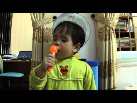 Ca sỹ kiêm MC Bảo Châu trả lời phóng vấn, sau đó hát Em đi chùa hương