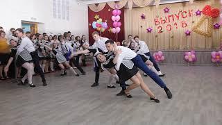 Танец школьников на последнем звонке в Бердске