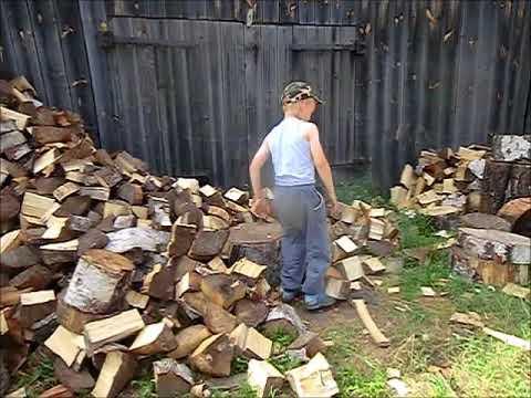 Колет дрова
