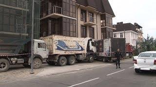 Баррикада из грузовиков: в Сочи застройщик выступил против сноса самостроя