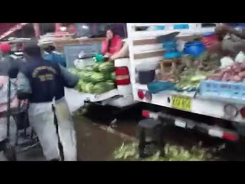 El mercado mayorista Grau se encuentra totalmente inundado por las lluvia en Tacna