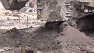 鑽掘機在岩盤中間樁引孔出土+挖土機將土刮除
