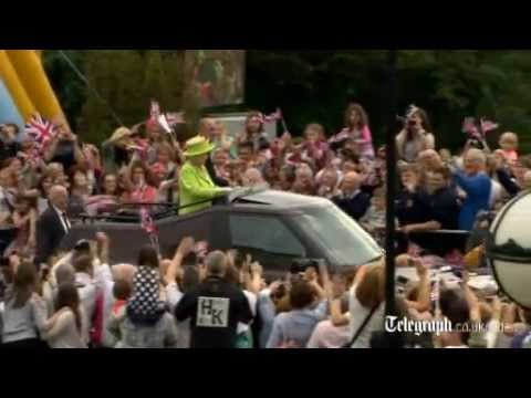 Queen welcomed to Stormont by cheering crowds