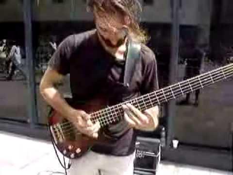Bass Gitarı Ağlatan Sokak Müzisyeni - Bas Gitar Kursu