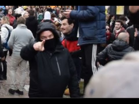 VÍDEO: Niños evacuados tras el ataque de la extrema izquierda a un Belén navideño en Francia