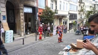 Istanbul Galata da süper eğlenceli sokak sanatı. ( KARCOCHA in Istanbul )